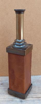 Catalejo cuadrado cuero y metal dorado oscuro. Ref KA029. 35 centímetros alto abierto