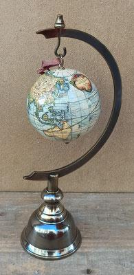 Globo terráqueo mini colgar. 10 centímetros alto. Expositor 28 centímetros alto. Se venden por separado.