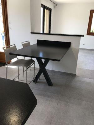 Rénovation cuisine, Gap, Hautes-Alpes, plans et crédences granit noir, carrelage gré gris, création pied métal en X sur-mesure, style indus