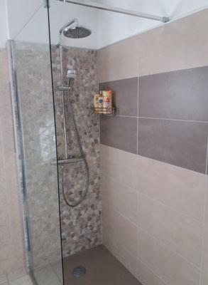 Albertus rénovation salle de bain à La batie neuve - 05230 Hautes Alpes carrelage galets douche de plain pied