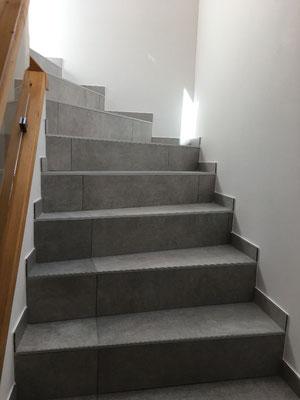 Pose carrelage gré cérame 80 x 80 Evoque Perla, montée d'escalier, avec plinthes