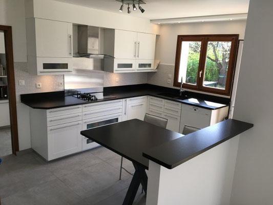 Rénovation cuisine, Gap, Hautes-Alpes, plans et crédences granit noir, carrelage gré gris, ambiance mderne
