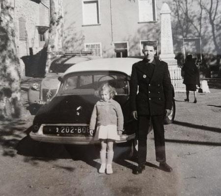 Maguy Malet et son frère Michel en Caporal de l'Armée de l'Air, devant la Ds de l'Abbé Gabriel