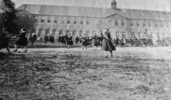 Les pensionnaires devant le bâtiment de Saint-Denis