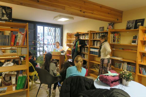 Martine Félx Sanchez, responsable de la bibliothque, lisant une histoire aux élèves de Gaëlle Levard (photo Joëlle Boyer)