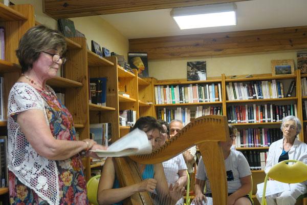 Andrée Tricoire lisant des Poèmes