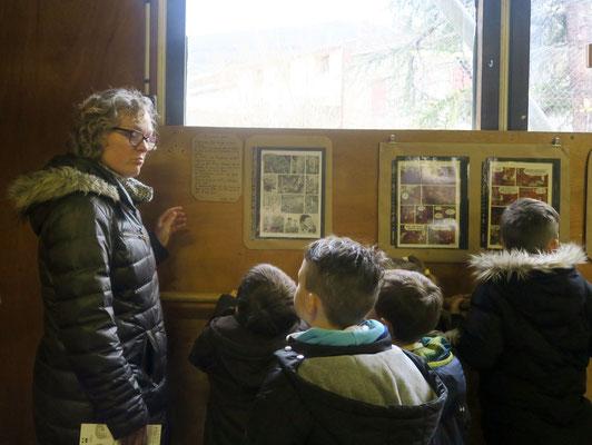 """2018 classe de Guillemette Berthomieu devant les planches BD """" Le Glèbeux"""""""