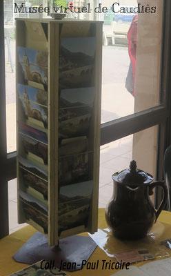 Présentoir cartes postales de l'épicerie Tricoire et pot