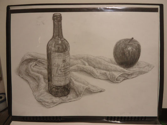 デッサン「ワイン瓶、りんご、タオル」    2007