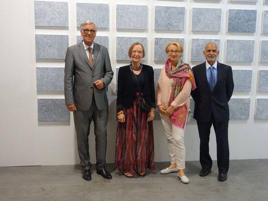Herr Dr. Witter, Botschafter der Bundesrepublik Deutschland in Singapur (links im Bild), stattete mir in Begleitung seiner Gattin (3. v. l.) einen Besuch ab. Rechts im Bild mein Galerist Herr Ashok Jain / New York.