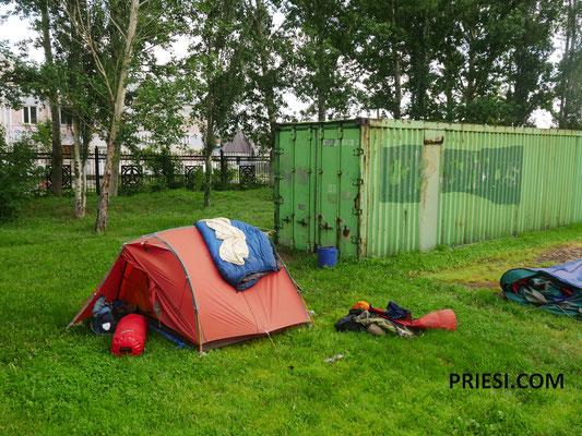 """Unser Zeltplatz danach...in dem bewachten Stadtpark...mit dem """"Wärter"""" haben wir dann sogar noch ein WM Spiel geschaut."""