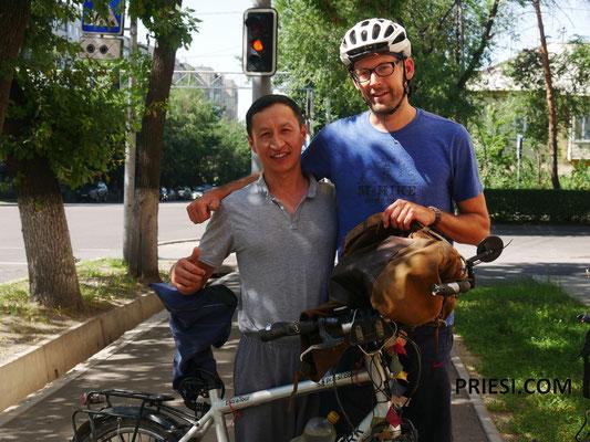 Leider hatte meine Lederhose ein riesen Loch. Dieser nette Schuster in Almaty konnte helfen und reparieren. Der neue Look: Gewöhnungsbedürftig ;)