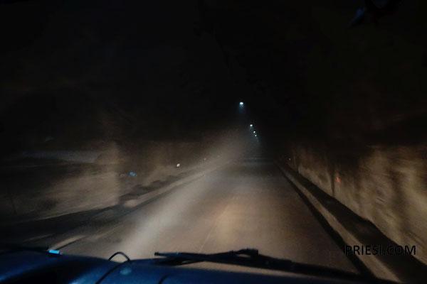 Der Fahrer heizt im Tunnel wie ein Verrückter..überholt sogar Autos....er will wohl Maren die neben ihm sitzt beeindrucken?