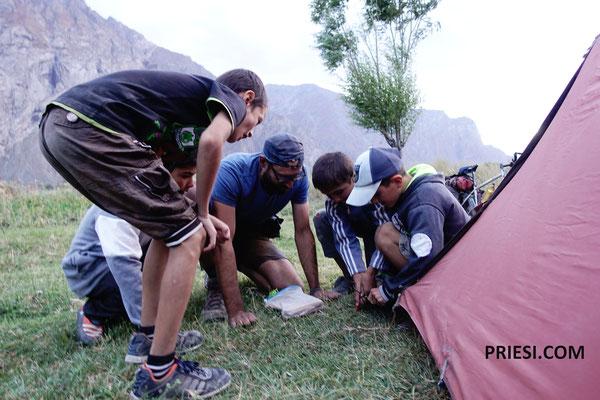 Die Kinder helfen beim Zelt aufbauen