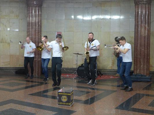 <同じクールスク駅にて>ブラスバンドによる演奏