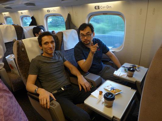 アラン・ブリバエフ(右)とピアニストのアレクサンドル・ロマノフスキー(左)
