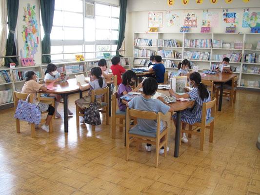 図書室の4年生、本との出会いで・・・
