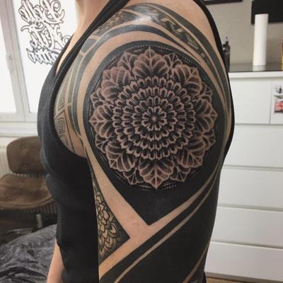 Filigranes Mandala und Blackwork auf dem Arm