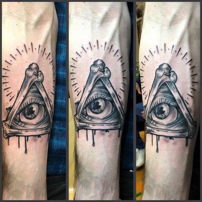 Black and Grey Allsehendes Auge auf dem Unterarm