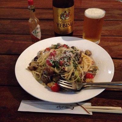 魚介パスタとビールで50歳の誕生日を祝う。