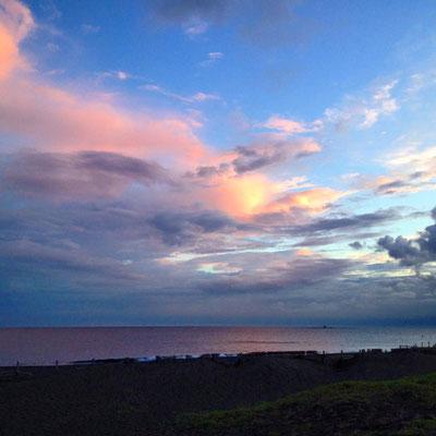 近所の海は、とても綺麗な夕暮れです。