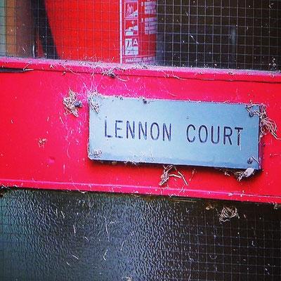 LENNON COURTと云うのは、名曲「STRAWBERRY FIELDS FOREVER」の孤児院の中の施設の名前になりました。