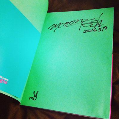 「情報過多:Too Much Info」に、中西さんにサインをして貰いました。