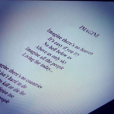 言わずと知れたジョン・レノンの普遍的な名曲「イマジン:IMAGINE」の歌詞。