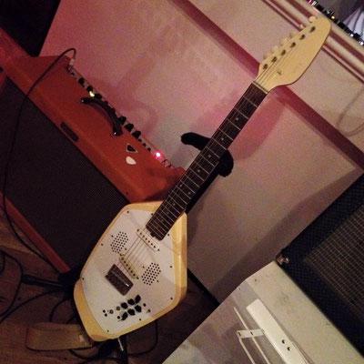 中西さんのギター(VOX)には、リズム・マシーンが搭載されている。