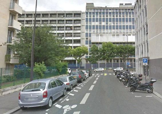 Rue Santeuil débouchant sur la rue du fer à moulin en 2017. A gauche des immeubles ont remplacé les jardinets et les bicoques. A droite, un bâtiment de l'Université à la place de la halle. Au fond, aucune construction n'apparaissait derrière un mur.