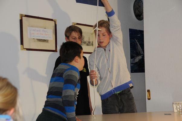Anton pustet Knoten aus dem Seil
