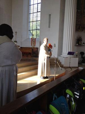Gemeindereferentin Ulrike Much begrüßt die Gemeinde.