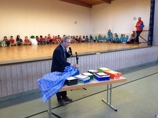 Rektor Allgaier stellt seine Kisten vor.