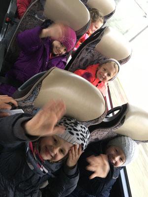 Die nervösen Erstklässler im Bus.