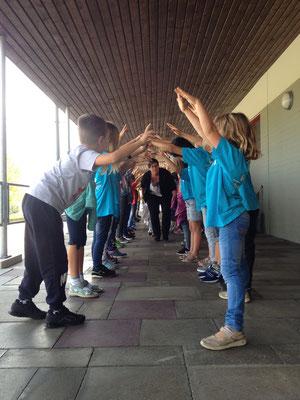 Nun darf die Gruppe mit Frau Rongitsch durch den Schülerspalier.