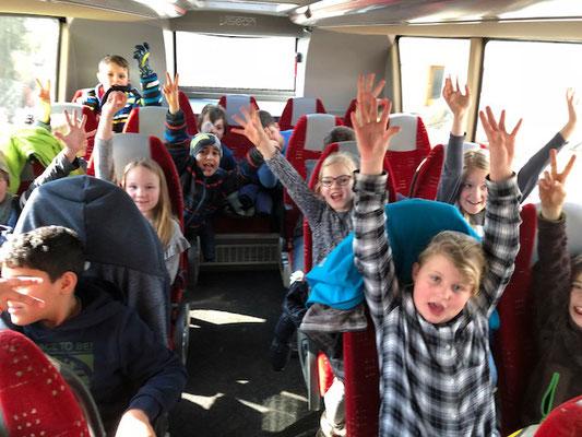 """Die Drittklässler jubeln: """"Heute fahr'n wir mit dem Bus ins K - I - N - O!"""""""