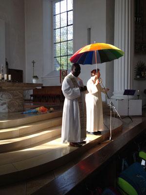 Unter Gottes Schirm sind wir geschützt.