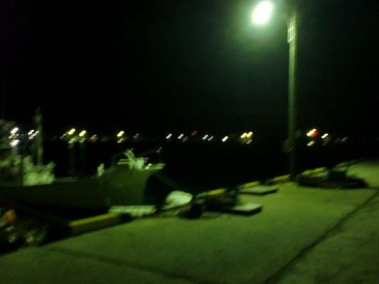 夜間の漁港の写真1