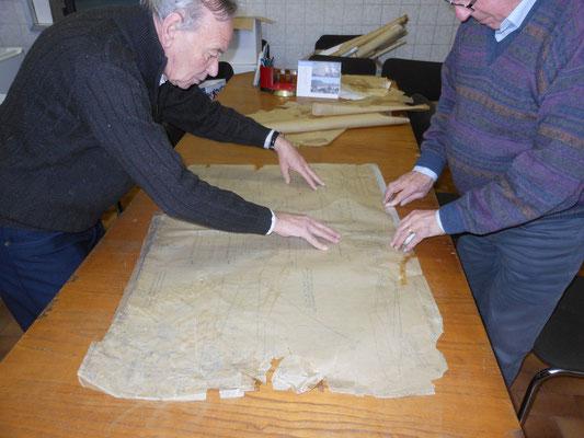 Ex dipendenti della SIAI-Marchetti lavorano sui disegni originali dell'S.55 (Foto: Savoia Marchetti Historical Group)