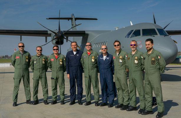 I primi piloti abilitati sul P-72A con i loro istruttori (tuta blu).