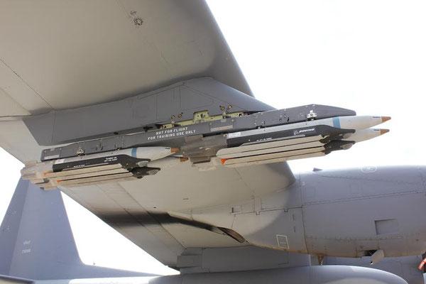 Boeing GBU-39 caricate sul pilone subalare di un AC-130J/ © USAF.