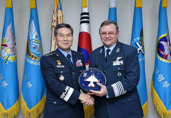 Il generale Jeong Kyeong-doo e il generale Enrique Amrein posa con in mano un modello dell'FA-50. (Foto: KAI)