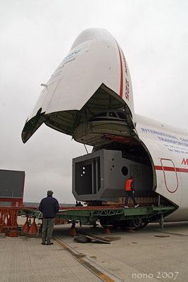 Apertura della stiva di prua di un Antonov