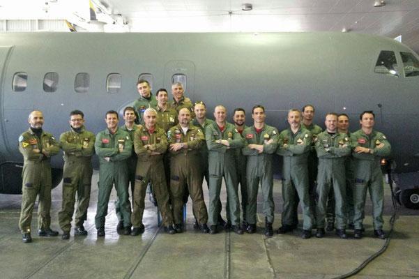 Tutti in posa davanti il P-72A ufficiali e sottufficiali a fine corso.