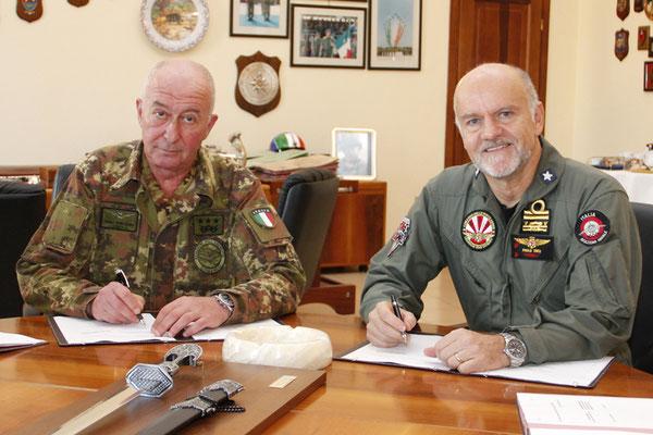 Il Generale di Corpo d'Armata Enzo Stefanini (sx) e l'Ammiraglio di Divisione Paolo Treu (dx) al momento della firma dell'accordo del 23 novembre 2012.