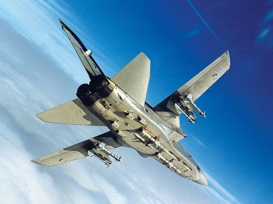 Un F.3 mostra il suo armamento tipicamente aria-aria che lo differenziava dal IDS, costituito da 4 missili a guida radar semiattiva (SARH) Sky Flash (derivati dagli Sparrow americani) e 4 missili Sidewinder.