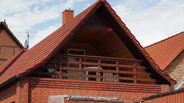 Blick auf den Balkon des Hauses