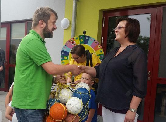Zur Einweihung der neuen Kita in Mieste, überreichte unserer Vorsitzende Tino Hesse der Leiterin Frau Riemann im Namen des HV ein Netz mit Handbällen.