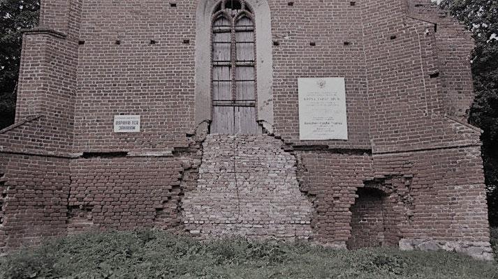 Die Kirche wurde nach 1945 als Kasino, später als Getreidesilo benutzt. Löcher mussten her, damit die LKW aufladen konnten. 2013 ist es zugemauert.