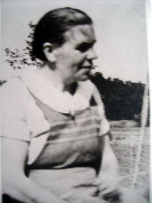 Die drei MATZ Schwestern aus Packerau/Tharau. Therese SCHARDT geborene MATZ, *1898 in Packerau/Tharau. Auf dem Photo ca. 1940 in Baiersfelde/Tharau